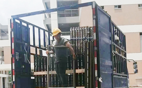 楼上楼门窗-工程门窗安装施工现场