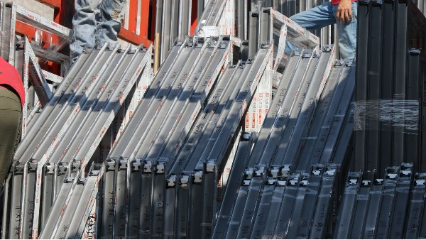 长安oppo工业园铝合金门窗工程产品装车-楼上楼门窗