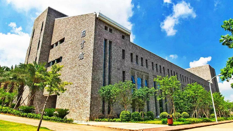 广东东软学院学校门窗工程案例-楼上楼门窗